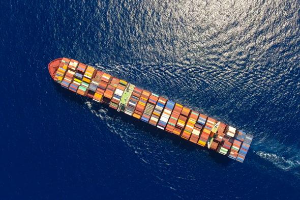 Containerschiff aus der Luft