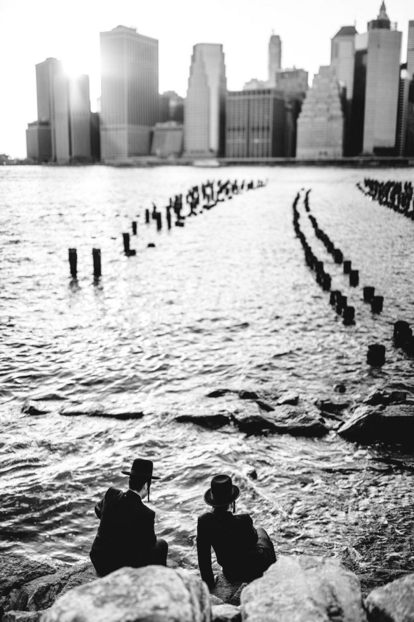 Jewish Men watching Manhattan - Leica M240 + Summilux 50. Panorama aus 3 Bildern.