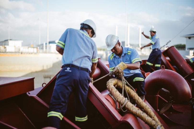 Zum Festmachen kommen Leute vom Panamakanal an Bord