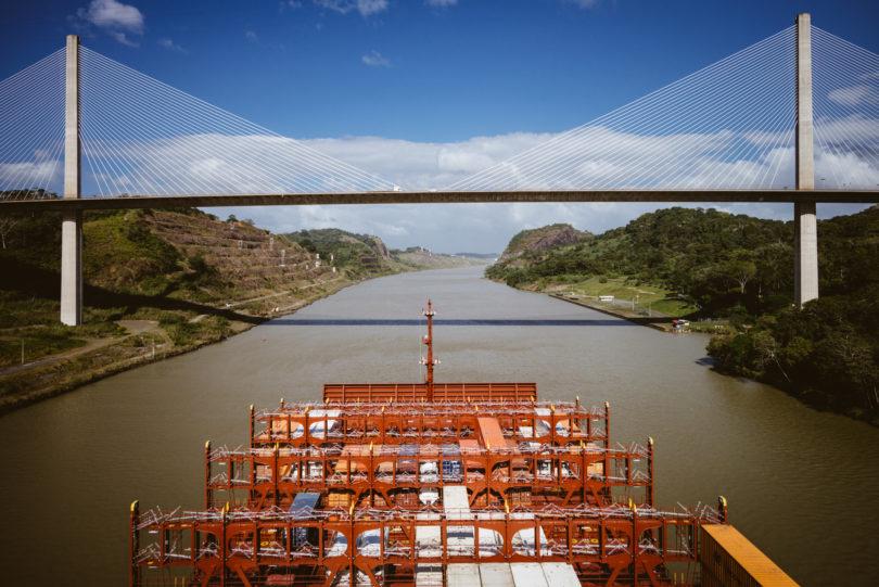 Über diese Brücke können die Autos den Kanal überqueren