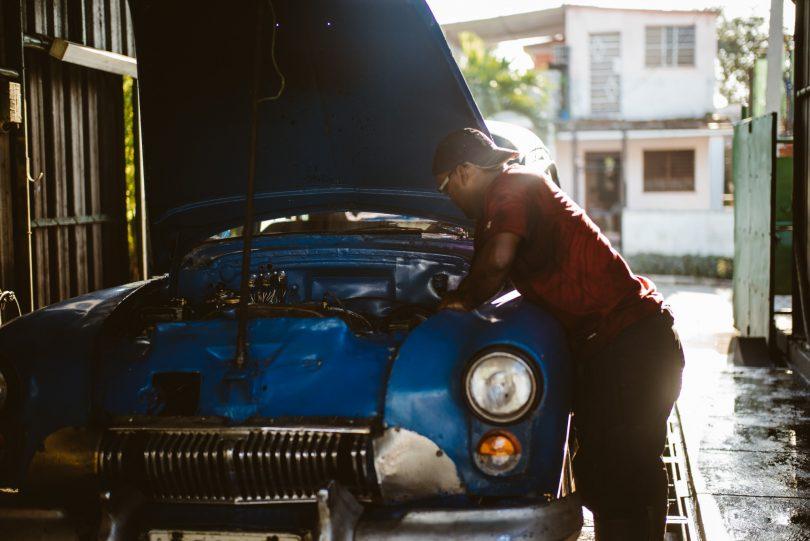 Eine kleine Werkstatt im Vorort von Havanna. Leica M240 + Summilux 50