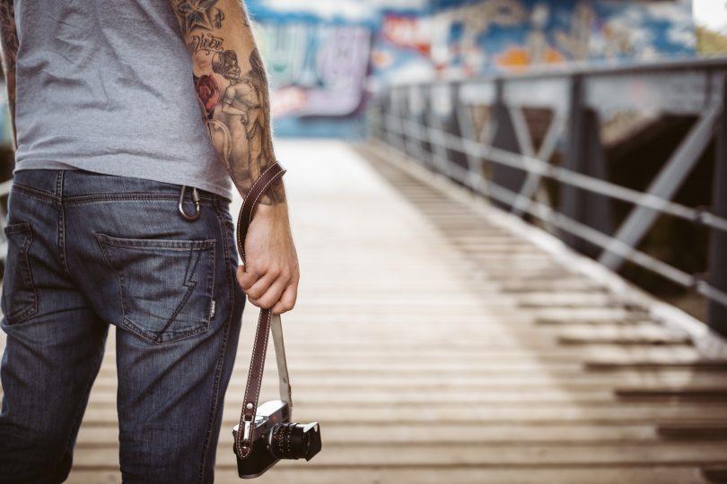 Mit Knoten im Gurt lässt sich die Kamera gut in der Hand tragen