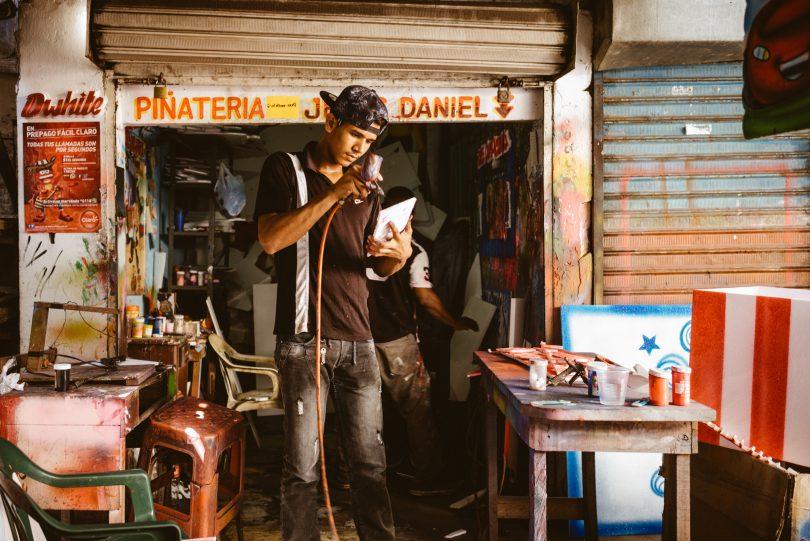 Ein Sprayer verkauft seine Kunstwerke