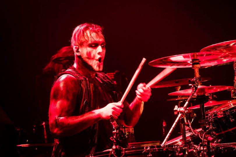 Tobias Mertens, Schlagzeuger bei Lord of the Lost, bei der Arbeit