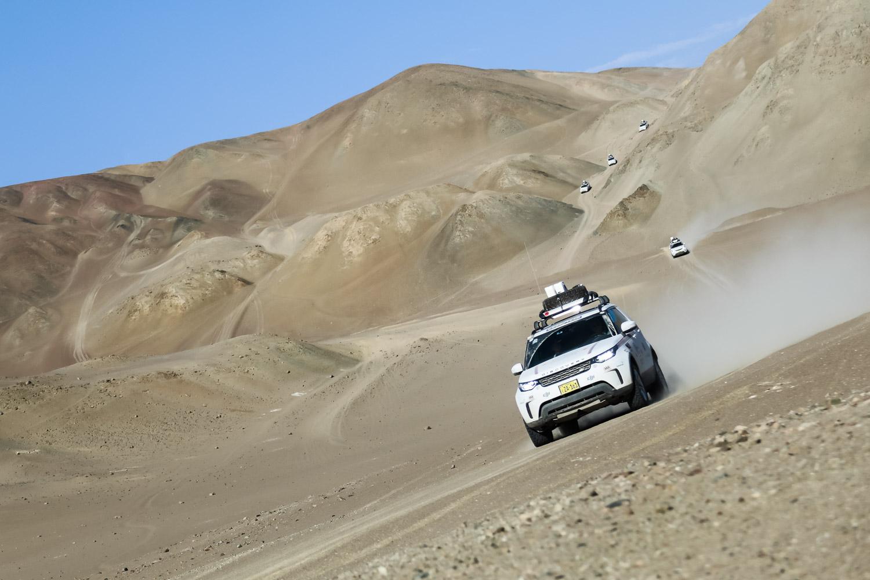 Eine Gruppe Land Rover Discovery in der peruanischen Atacama-Wüste während der Land Rover Experience Tour 2017