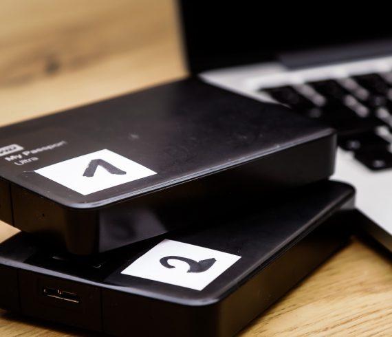 Zwei externe Festplatten an einem Macbook