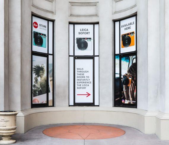 Werbung für die Sofortbildkamera Leica Sofort am Leica-Store im Hotel Caesars Palace, Las Vegas