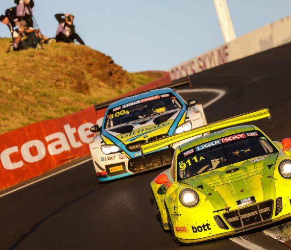 Porsche 911 vor BMW M6 beim 12-Stundenrennen in Bathurst 2018