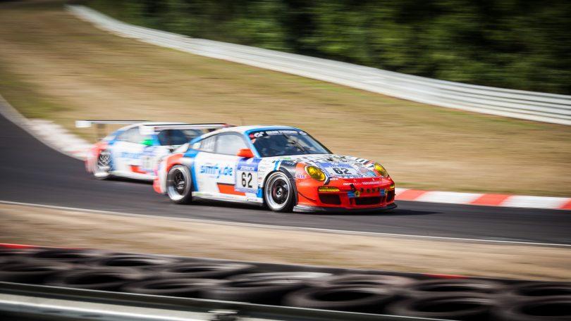 Zwei Porsche 911 beim 24-Stunden-Rennen auf dem Nürburgring 2014