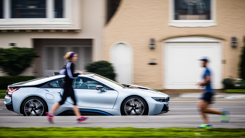 BMW i8 mit Joggern