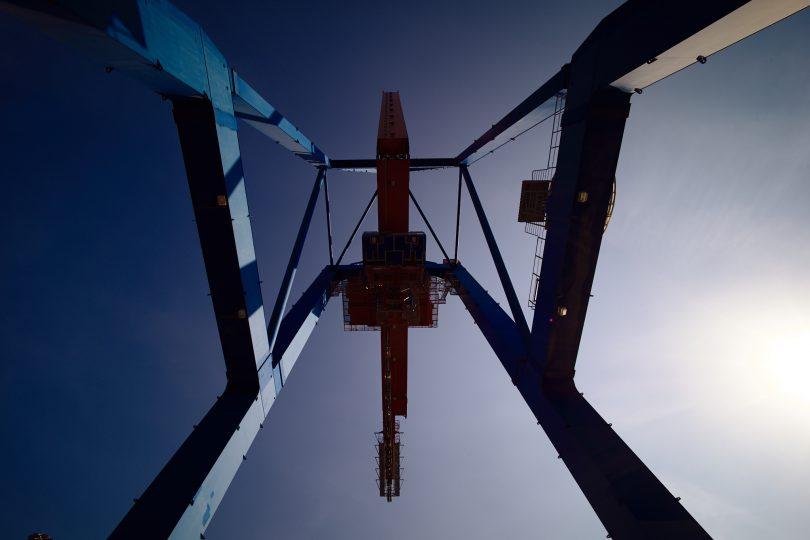 Containerbrücke von unten.