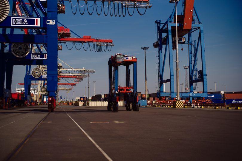 Die Vancarrier bringen die Container zu den Ladebrücken.