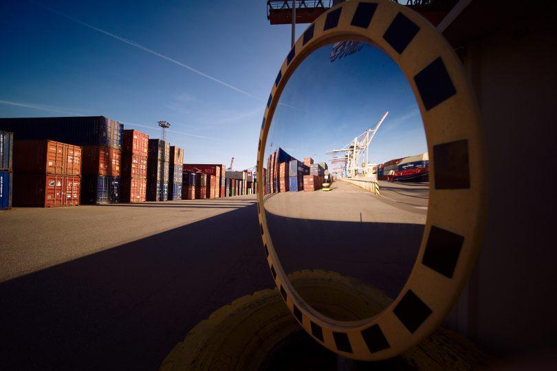 Laufen zwischen den Containerreihen war tabu. Hier fahren die Vancarrier und deren Kanzel hat nur direkten Blick auf eine Fahrspur.