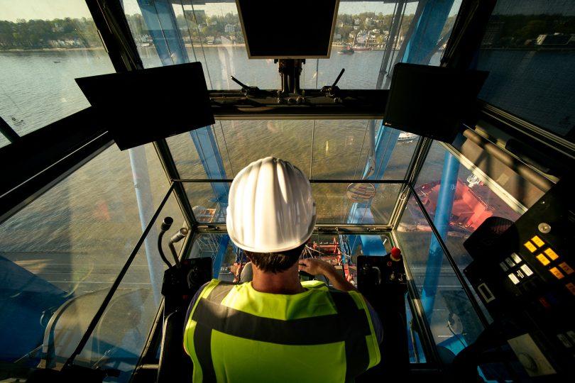 Blick aus dem Führerhaus der Ladebrücke. Was für ein Arbeitsplatz.