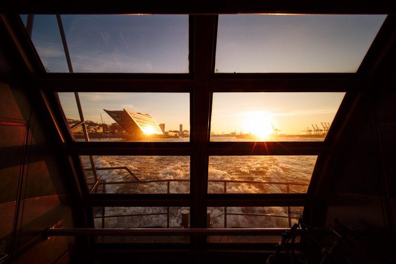 Noch einmal das 12 mm hinten aus der Hafenfähre fotografiert.