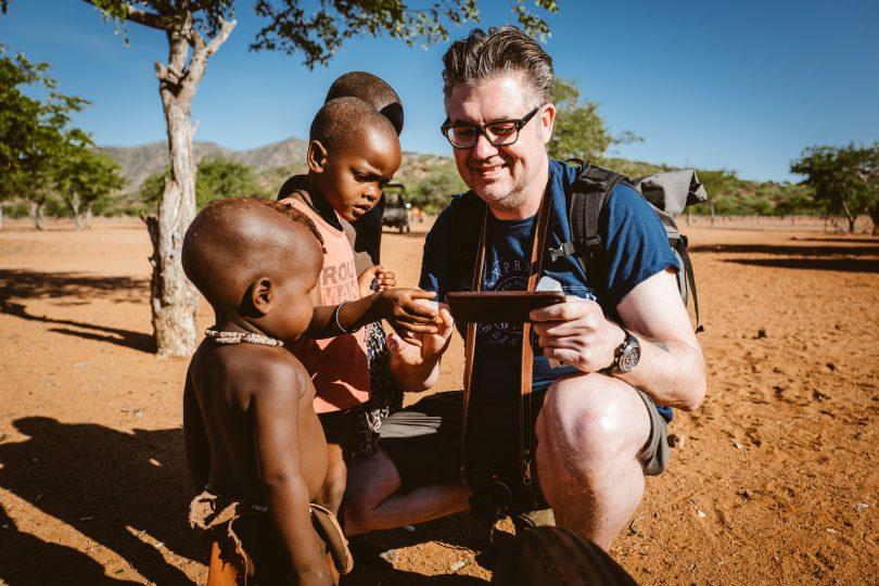 Großes Interesse bei den Himba-Kids am Smartphone und dem Instax-Drucker