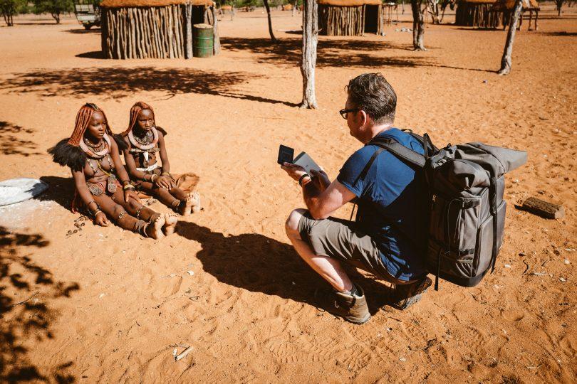 Zwei junge Himbafrauen, die natürlich auch ein Instax-Foto bekommen haben