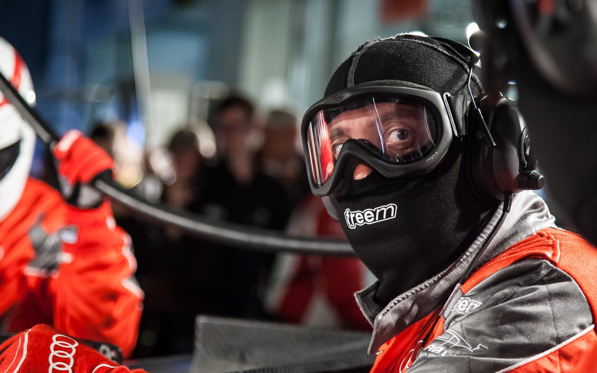 Nürburgring, 24-Stundenrennen 2014, Boxengasse, Audi-Mechaniker beim Betanken eines Rennwagens