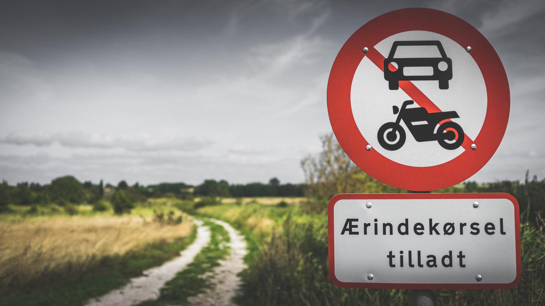 Feldweg mit Verbotsschild auf der Insel Aeroe/Dänemark