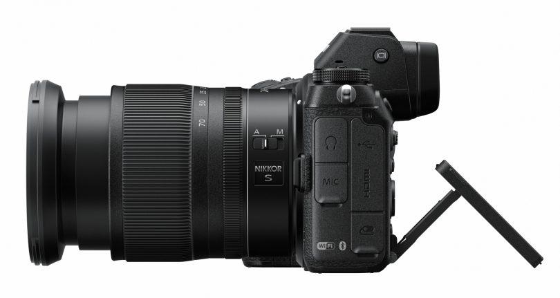 Nikon Z6 / Nikon Z7 mit 24-70 f/4 von der Seite betrachtet. Mir gefällt, dass das Display nicht zur Seite wegklappt.