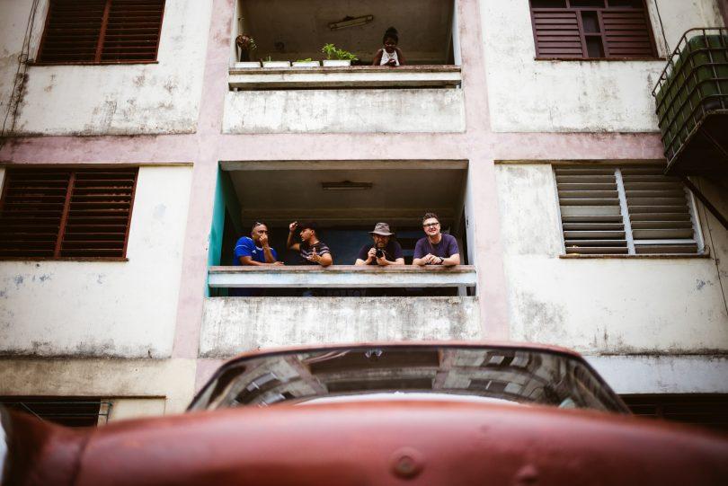 So sieht das Gebäude von außen aus. Das Familienauto steht vor der Tür.