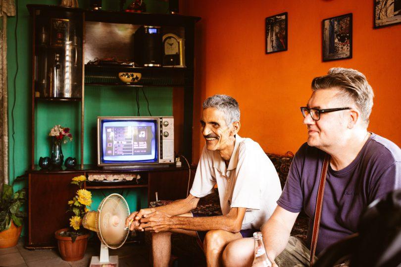 Knallige Farben sieht man häufig in den Wohnungen Havannas. Der MP3-Player am alten Röhrenfernseher angeschlossen.