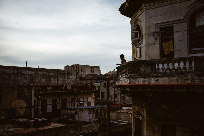 Frau Nachbarin auf dem Balkon gegenüber.