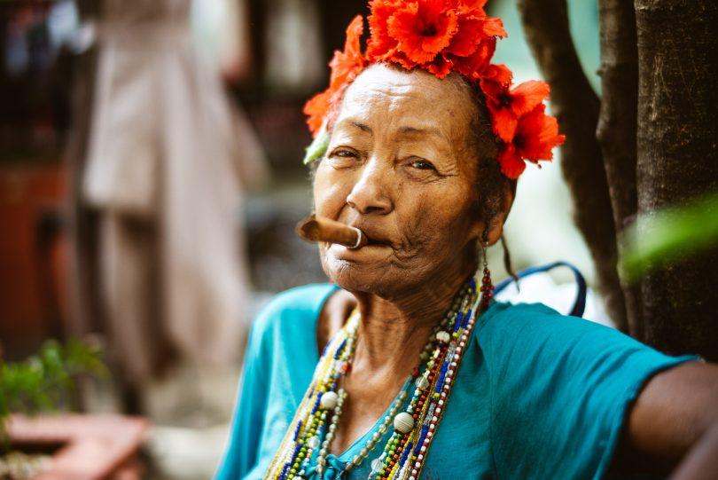 Eine alte Dame mit Zigarre erfüllt sicherlich das ein oder andere Klischee Kubas. Sieht aber trotzdem toll aus.