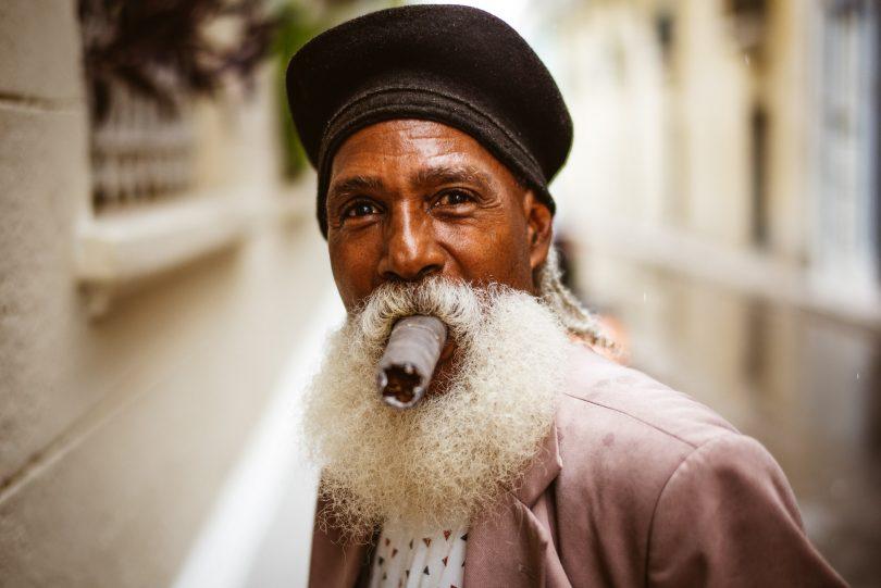 Der Mann mit der größten Zigarre Havannas. Den haben bestimmt schon einige Touristen fotografiert. Geld wollte er aber von uns nicht haben.
