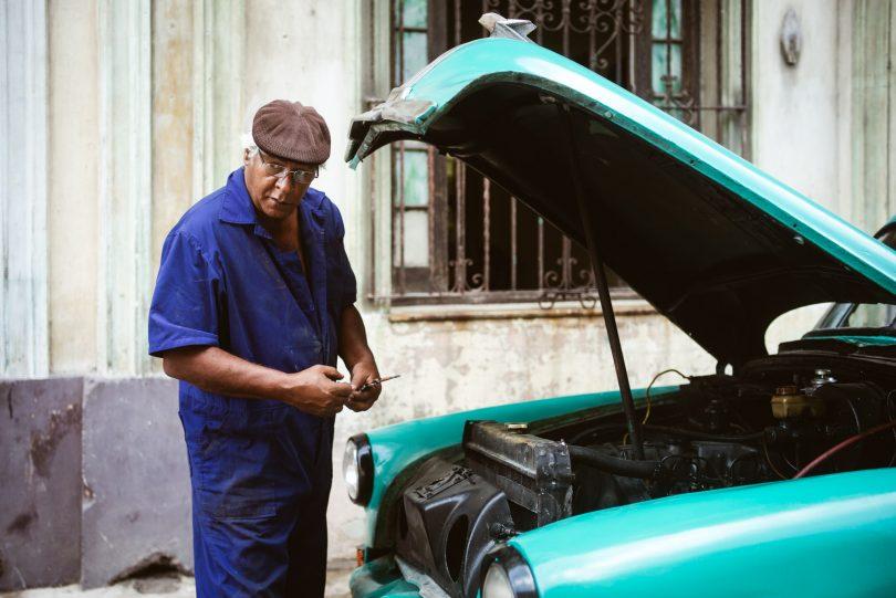 Ein gewohntes Bild. Irgendwo wird immer ein Auto repariert.