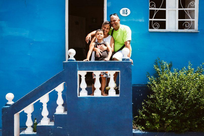 Omar mit Frau und Sohn vor seinem Haus.