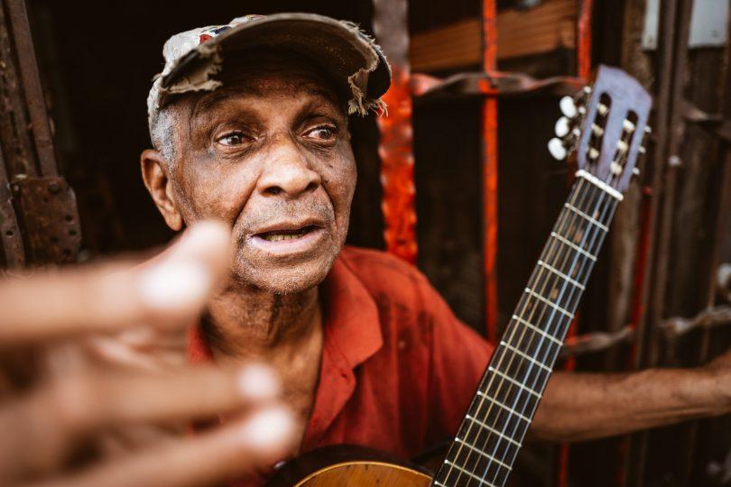 """Jeden Morgen treffen wir diesen Gitarre-Spieler. Nach dem zweiten Tag singt er schon """"Oh Patricio"""", wenn wir vorbei gehen ;-)"""