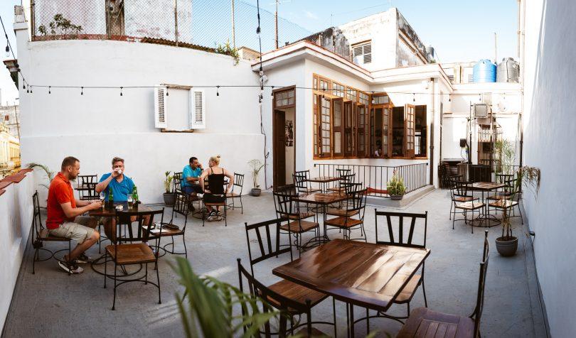 Wir haben ein echt schickes Restaurant mit Dachterrasse gefunden. Die meisten Kubaner gehen später essen, daher sind wir anfangs fast alleine.