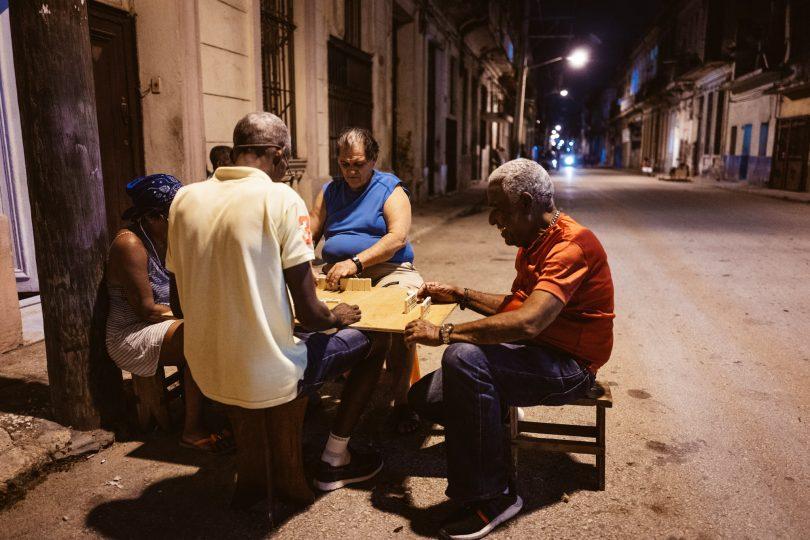 Auf der Straße wird auch in der Nacht noch Domino gespielt.