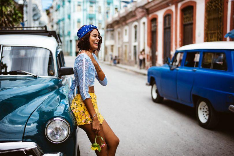 Toll, echte Kubanerin mit tollem Outfit in den Straßen Havannas.