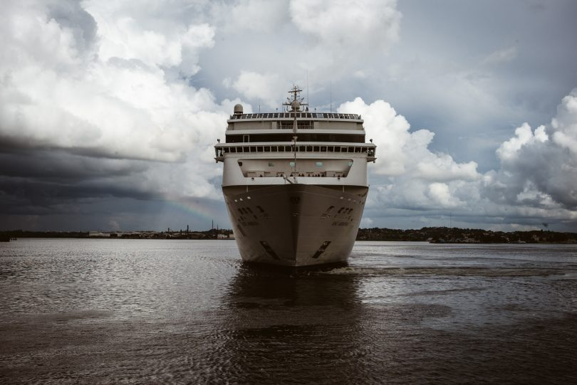 Das Kreuzfahrtschiff legt direkt vor unserer Nase ab.