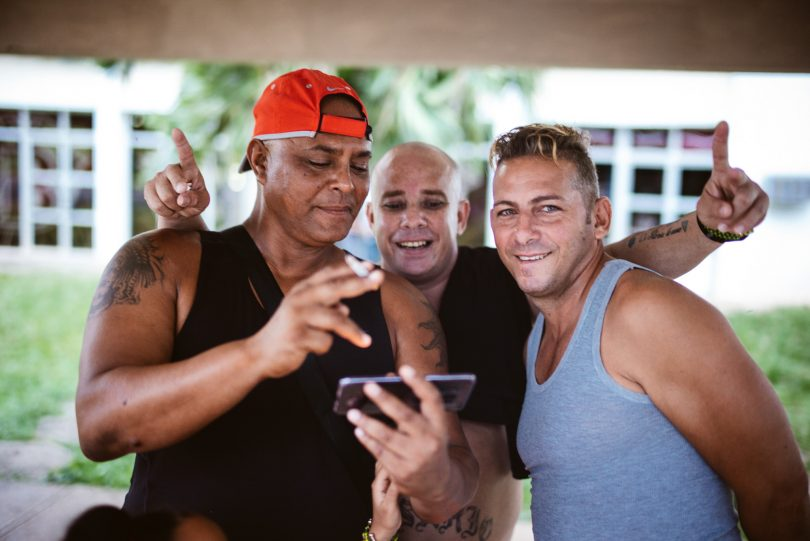 Hier kennt jeder Jeden. Smartphones sind keine Seltenheit auf Kuba, aber dennoch sehr begehrte Mitbringsel.
