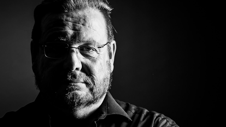 Studioporträt Mann, schwarzweiß, Schatten