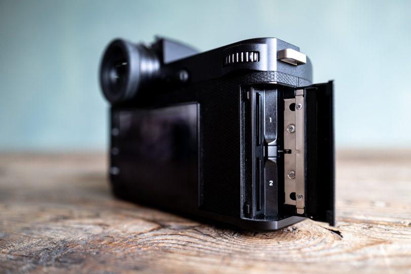 Die Leica SL2 hat zwei UHS-II SD-Kartenslots